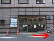 階段を上ると通りの向かいに東京信用金庫があります。東京信用金庫を正面に右に進みます。