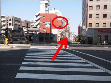 横断歩道を渡ったら進行方向右の道に入っていきます(地下鉄の入り口とミニストップの間の道です)。上にマクドナルドの看板が目印です。
