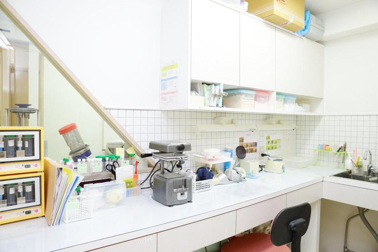 衛生面にも配慮した、補綴(ほてつ)物製作のための技工室